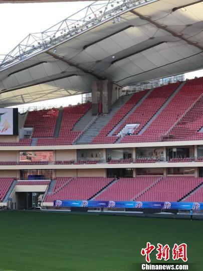 虹口足球场5月16日下午发布消息称,球票优先满足套票及联票球迷,将不对外出售散票。 王子涛 摄