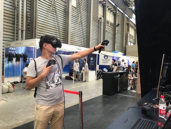 玩家在博本产品体验区体验VR