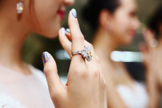 模特展示戒指