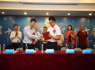 华东理工大学体育科学与工程学院院长王跃(左)与上海企业家赵喜来(右)签订捐赠仪式。