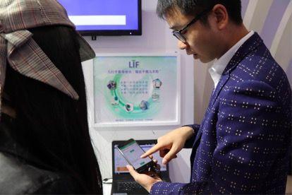 Life Watch展位现场的工作人员向观众展示技术产品