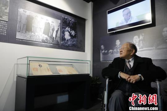 全世界唯一健在的全程参与1946-1948东京审判(远东国际大审判)的亲历者,96岁高龄的高文彬教授参观《侵华日军在淞沪地区的暴行实物展》。 殷立勤 摄