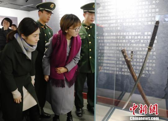 展览展出侵华日军杀戮我同胞的屠刀。 殷立勤 摄