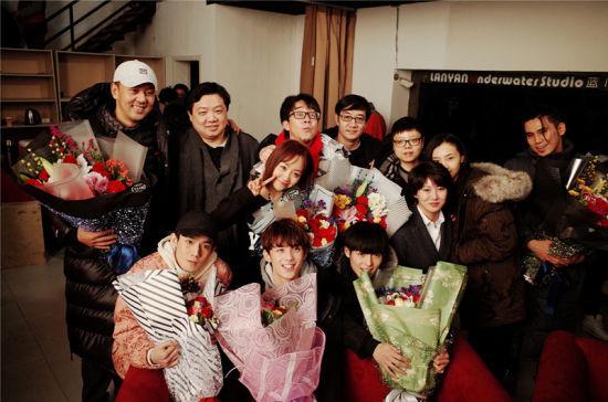 吴磊与剧组人员一同合影。/官方供图