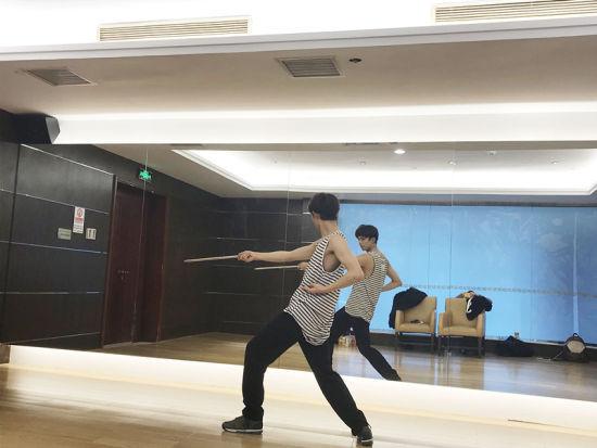 吴磊生日会前夕练习舞蹈。/官方供图