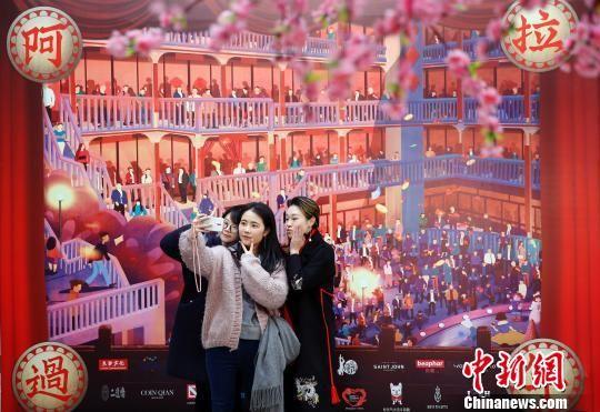 """mg电子游戏摆脱网址:民众在上海大世界感受""""海派年味"""""""