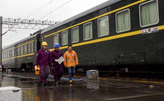 图说:春节前,国网上海电力工作人员在铁路场站开展用电安全隐患排查。