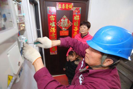 图说:新春期间,国网上海电力抢修人员快速处置居民用电故障。