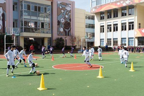 上海大力发展校园足球运动,上海市大学生足球联盟、上海市校园足球联盟纷纷成立、壮大,各层面的学生足球比赛和培训活动不断。摄影 王冬培