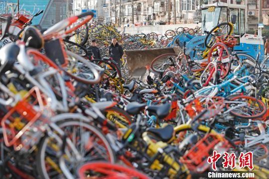 重庆时时彩手机下注:共享单车乱堆放_上海虹口市容保障人员进行清理