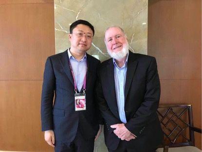 原本区块链CEO吴鹏(左)与《连线》(Wired)杂志创始主编Kevin Kelly(右)合影
