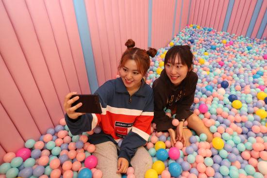 全国首家女性生活体验馆在上海开业,吸引时尚女性。