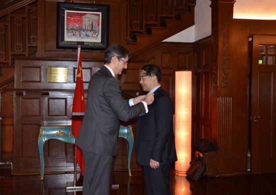 2015年,法国政府授予上海海事大学汤天浩教授骑士勋章