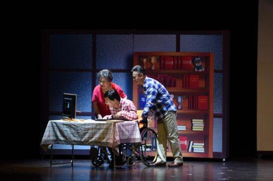 我中彩票大奖真实经历:向霍金致敬话剧《长脚雨》在沪公演