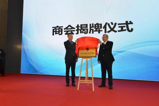 上海市政协副主席、市工商联主席王志雄(右),上海市工商联信息产业商会会长、众人科技创始人、董事长谈剑峰(左)