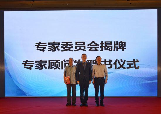 中国科学院院士郑建华(右),中�肟蒲г喝砑�研究所首席研究员卿斯汉(左),上海市工商联信息产业商会会长、众人科技创始人、董事长谈剑峰(中)