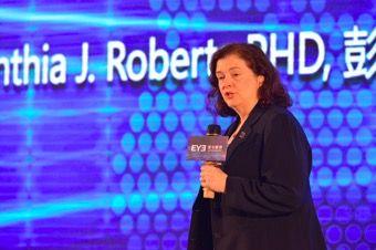 Cynthia Roberts从研究角度讲近视手术原理和安全性。