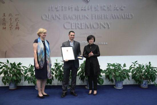 """洛桑联邦理工学院的菲比・索瑞教授获""""钱宝钧纤维材料青年学者奖""""。"""
