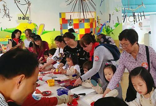 金沙网上娱乐:驻沪总领事夫人团携白血病儿童于上海安徒生童话乐园共迎六一