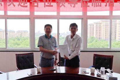 浙江泰颢投资管理有限公司董事长李云海(左)和约肯机器人(上海)有限公司创始人李之勤(右)