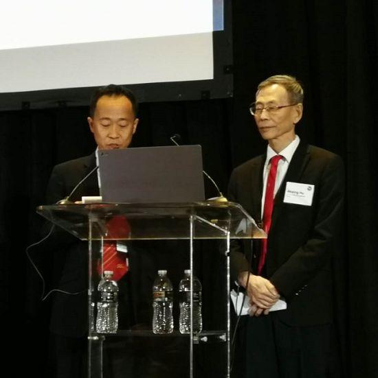 增爱公益基金会理事长胡锦星(右)在第13届世界脂肪酸科学大会上演讲,哈佛大学研究员赵锋博士翻译。