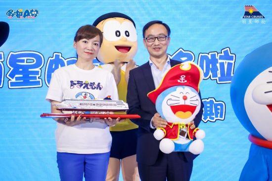 艾影(上海)商贸有限公司总经理朱晓菊女士(图左)与云顶邮轮集团销售高级副总裁周洲先生(图右)交换礼物