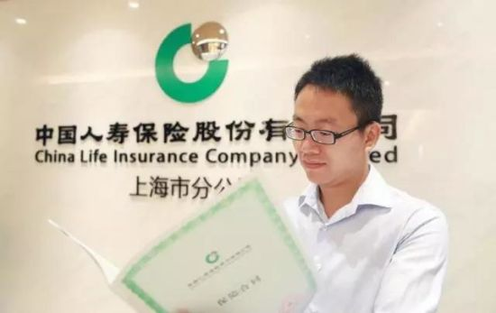 6月6日,上海的沈先生喜获国寿签发的首份税延养老保单。