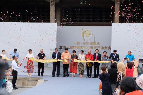 """6月8日,""""一带一路""""非遗传承暨第三届非物质文化遗传巴迪克演绎在上海印尼文化艺术博览馆举行。 /王笈 摄"""