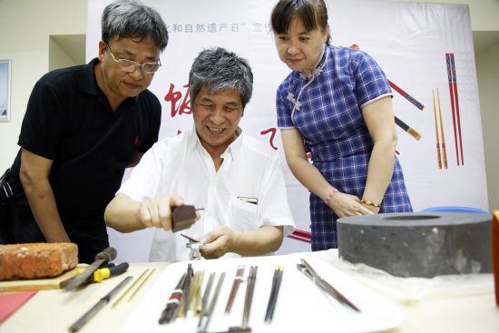 现场筷子制作夺人眼球。