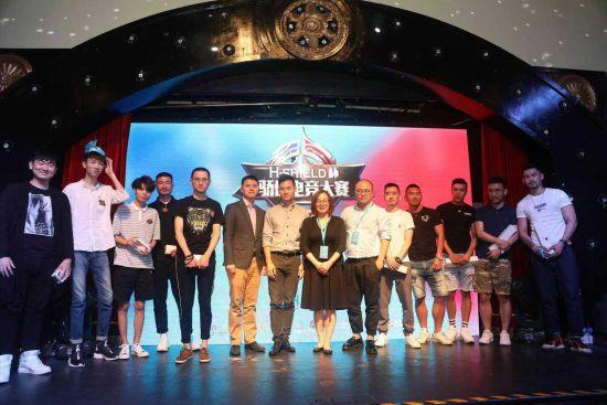 上海公共卫生临床中心叶佩燕主任及H-Shiled创始人蔡寒松先生与骄傲电竞决赛选手合影