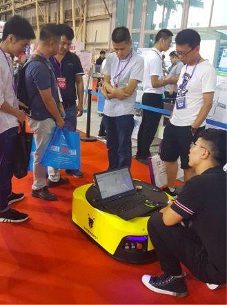 木蚁机器人工作人员展会现场讲解并演示W3产品
