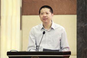 上海市新闻工作者协会主席、市新闻学会会长裘新讲话。