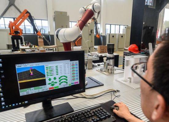 上海沃迪自动化装备股份有限公司机器人手臂正在泡咖啡。
