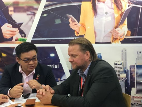 首席执行官Jerry(右)、首席营销官Herbert与媒体交谈。