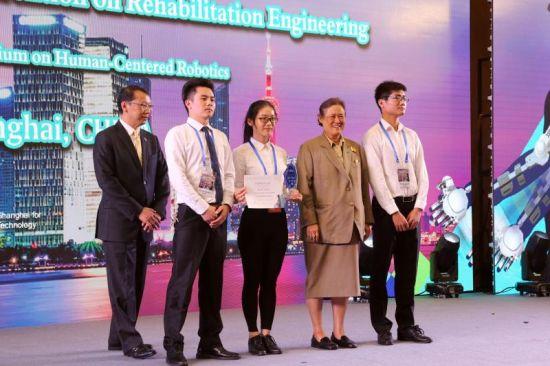泰国公主诗琳通为获奖团队颁奖。 供图。