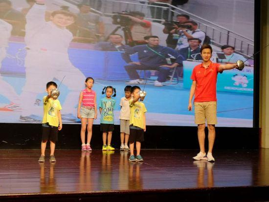 陈昊聪为小朋友们现场教学。