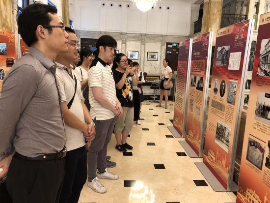 认真观展的兴业银行上海分行员工。