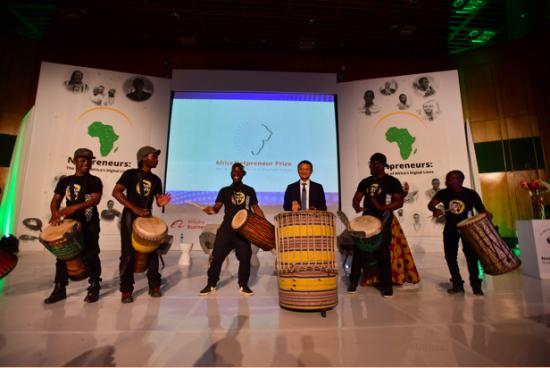 马云与当地年轻人一起敲起非洲鼓,宣布成立马云非洲青年创业基金。