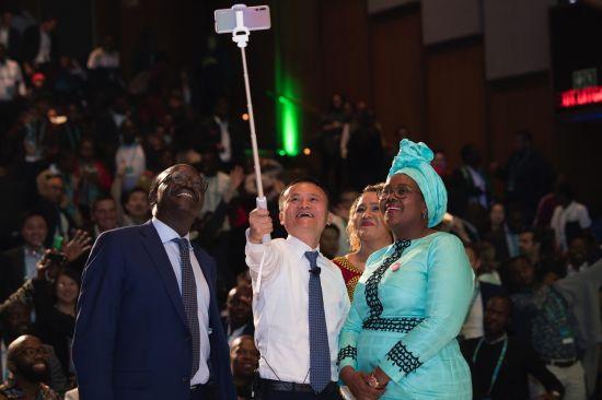 马云和联合国贸易和发展会议秘书长基图伊、南非科学与技术部长恩古巴内一起,与非洲创业者们自拍合影。