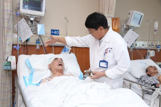 姬馨彤主任术后查房,患者恢复情况良好。