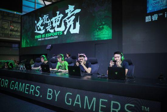 Razer联合创始人兼CEO Min-Liang Tan、创梦天地首席营销官何猷君与Team Razer战队现场进行游戏体验