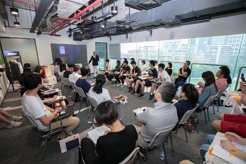 世贸帮助入驻企业获取行业前沿资讯 彭小溪摄