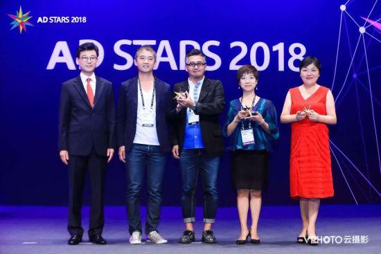 VPhoto创始人&CEO曹玉敏上台领奖(右1)