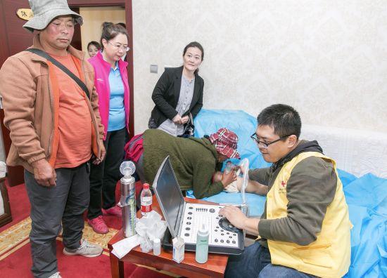 上海市胸科医院医生克服困难条件进行现场筛查。