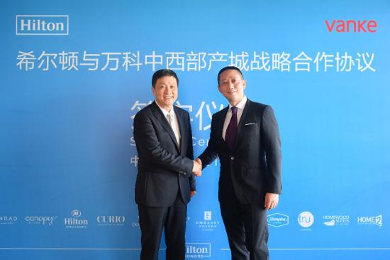 希尔顿大中华区及蒙古总裁钱进(左)和万科中西部产城责任合伙人、酒店事业部总经理李东在签约后握手致贺。