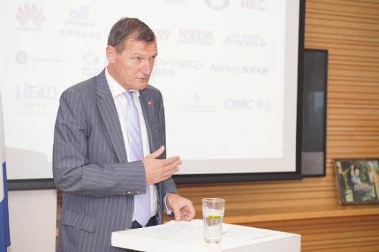 荷兰外商投资局局长倪景润Jeroen Nijland 出席招待会并作主题演讲。