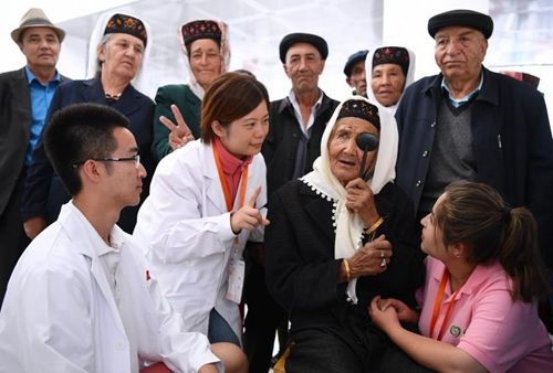 志愿者在塔县人民医院为术后病人检查视力 孙国根摄
