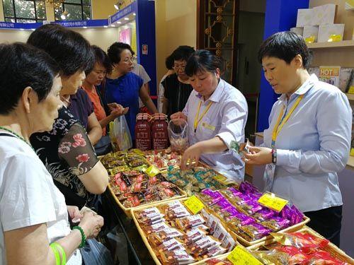 上海市民争相参观老字号博览会