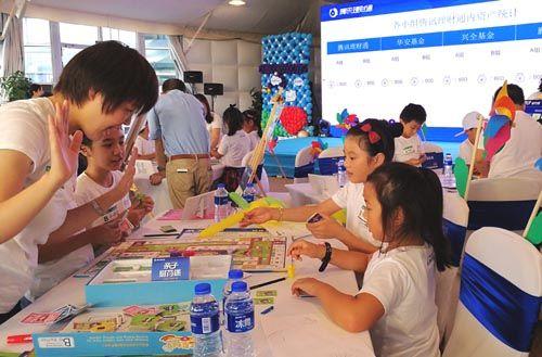 孩子们兴趣盎然地体验财商教育(记者 姜煜 摄)