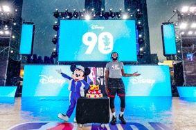 NBA球员安德烈-德拉蒙德身穿NBA Style与米奇共同见证米奇90周年90天倒数计时